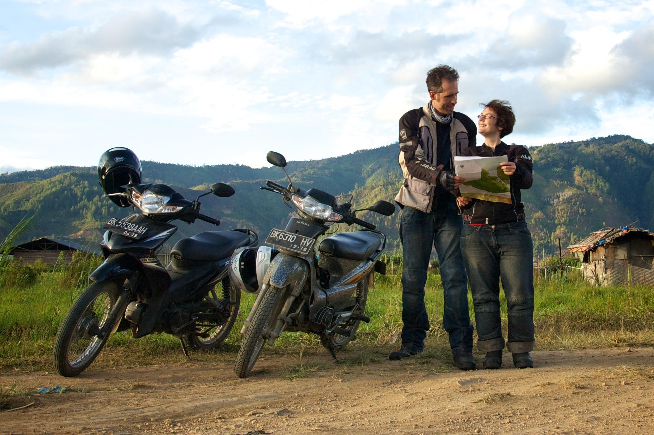 Mit kleinen Mopeds in Sumatra